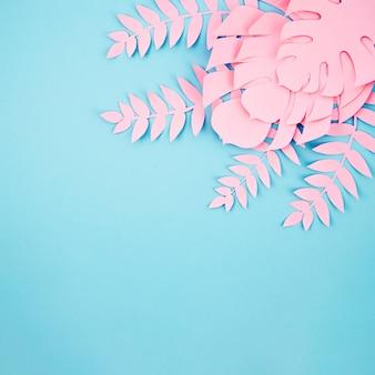 Monstera rosa deixa o quadro com fundo azul de espaço de cópia