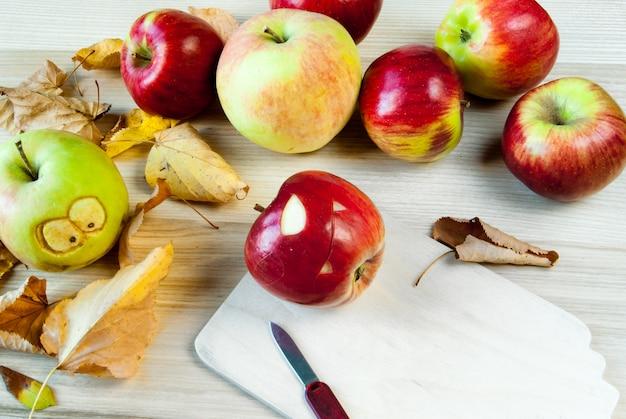 Monstros assustadores e engraçados de maçãs para a festa das crianças no halloween