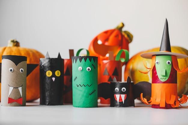 Monstros de halloween em rolos de papel higiênico. artesanato infantil para o halloween