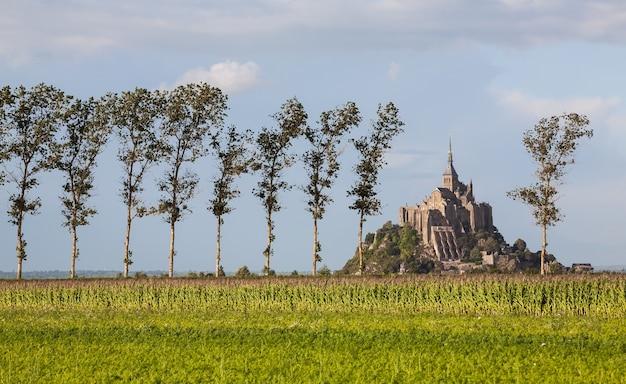 Mont-saint-michel dos campos, normandia, frança