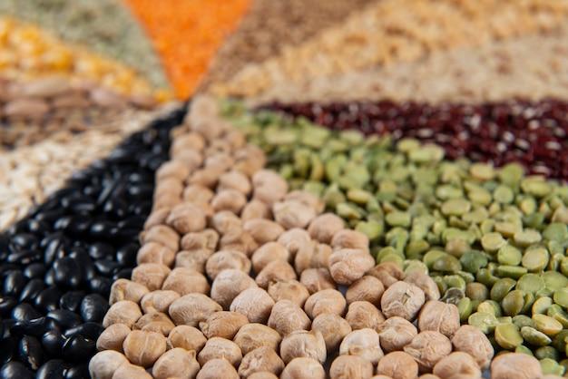 Montagem com grãos comestíveis, formando mosaico e foco seletivo