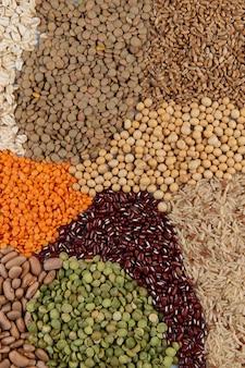Montagem com grãos comestíveis, formando um mosaico na vista superior