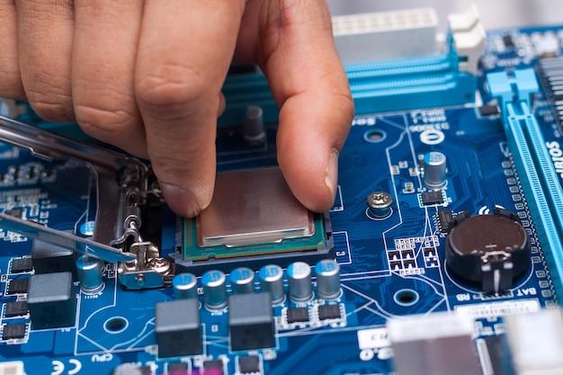 Montagem de computador pessoal de alto desempenho, inserção de cpu, processador no soquete da placa-mãe, caixa do pc aberta no fundo, profundidade de campo rasa, foco disponível