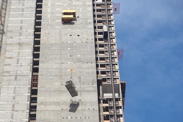 Montagem de guindaste de torre no canteiro de obras. o guincho da talha é levantado.