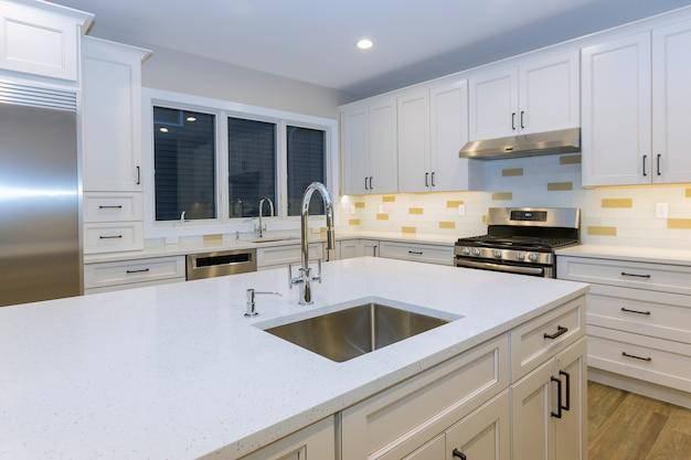 Montagem de móveis de cozinha com bancada de base de instalação contemporânea e pia