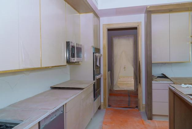 Montagem de móveis de novos armários personalizados em cozinha moderna