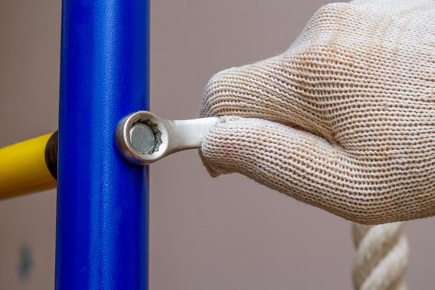 Montagem instalando barras de parede ginásticas em casa no chão. conceito de esporte ginásio em casa