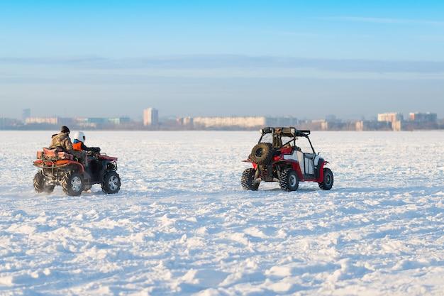 Montando no atv na neve