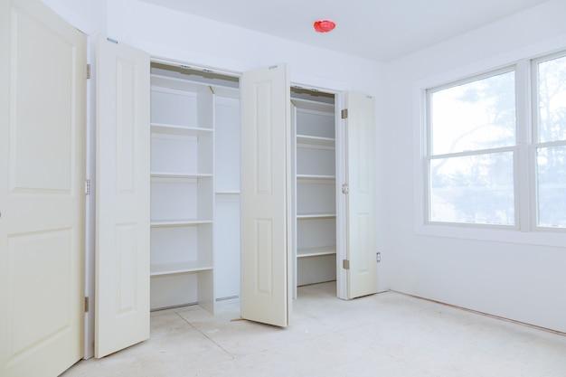 Montando o armário com prateleiras de madeira