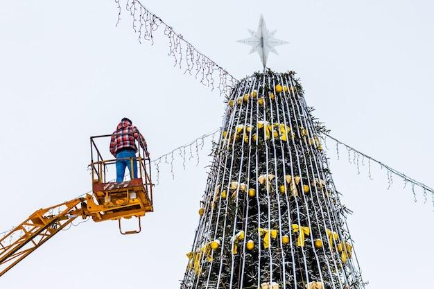 Montando uma árvore de natal em uma praça da cidade