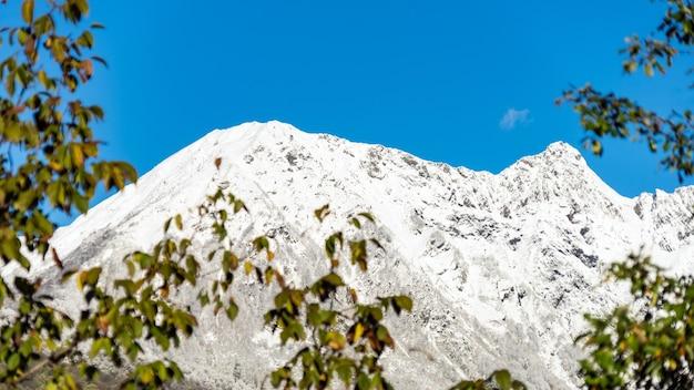 Montanha achisho coberta pela neve em krasnaya polyana, sochi, rússia.