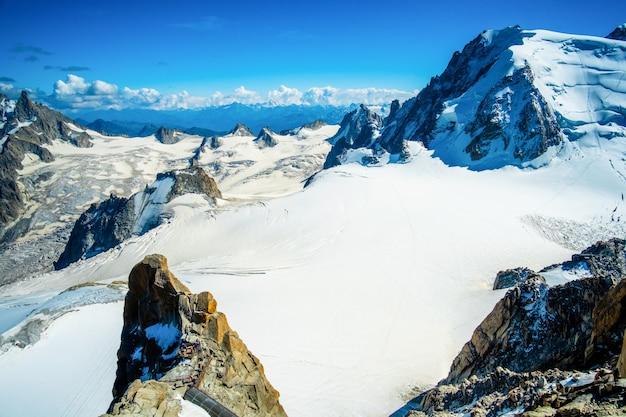 Montanha alpina coberta de neve