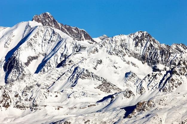 Montanha alpina francesa com neve no inverno