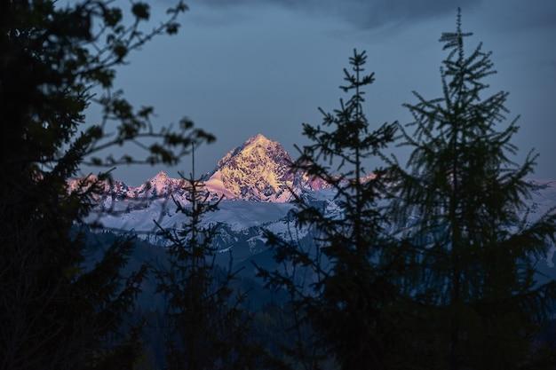 Montanha alta coberta de neve