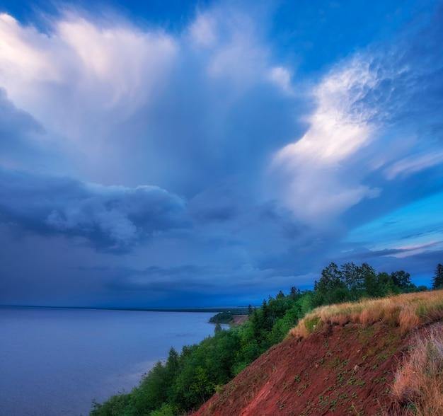 Montanha andoma ou seção geológica de andomsky, um penhasco sobre o lago onega, no norte da rússia, na região de vologda, sob um céu dramático