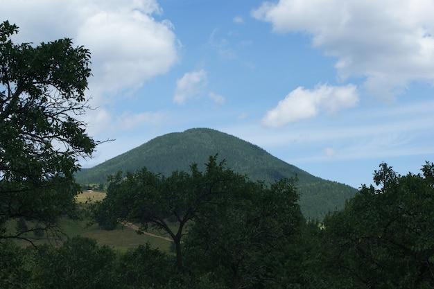 Montanha ao fundo