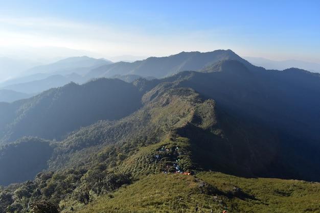 Montanha bonita do nascer do sol em doi phu wae, nan, o norte de tailândia.