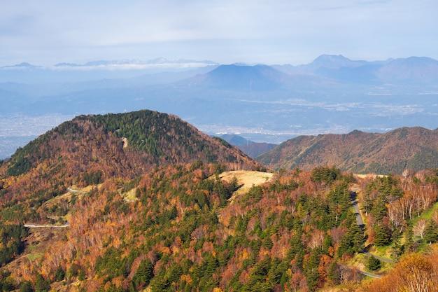 Montanha bonita do outono na vila de takamura, yamada-onsen, nagano, japão.