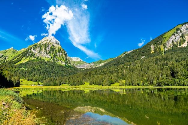 Montanha brunnelistock no lago obersee nos alpes suíços