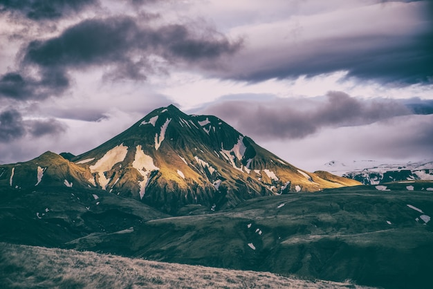 Montanha coberta de neve durante o dia
