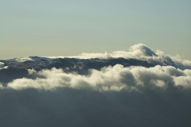 Montanha coberta de neve e belas nuvens na crimeia