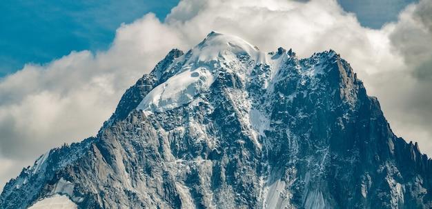 Montanha coberta de neve e nuvens