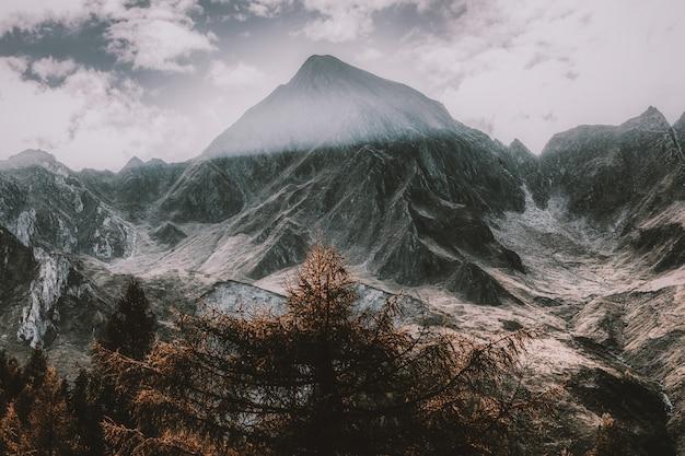Montanha coberta de neve sob céu nublado