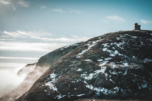 Montanha coberta de neve sob o céu azul durante o dia