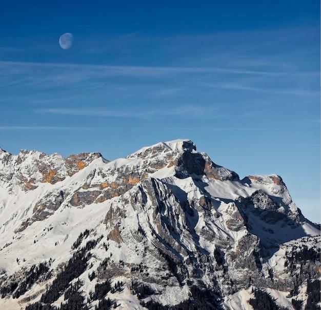 Montanha coberta de neve