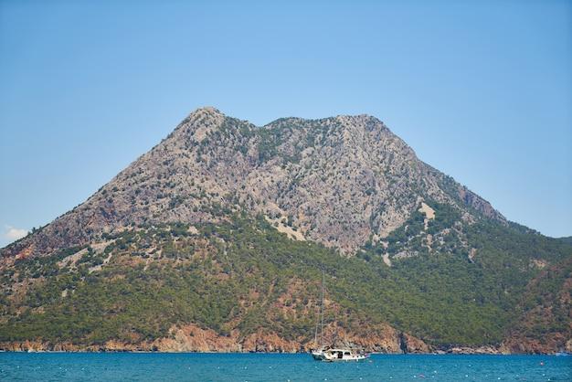 Montanha com mar ao redor