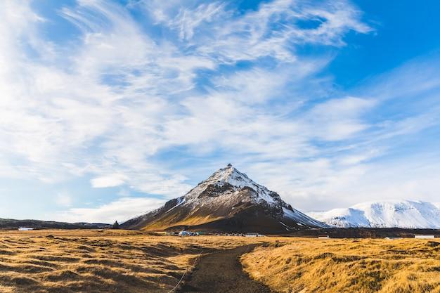 Montanha com neve na islândia, paisagem de inverno