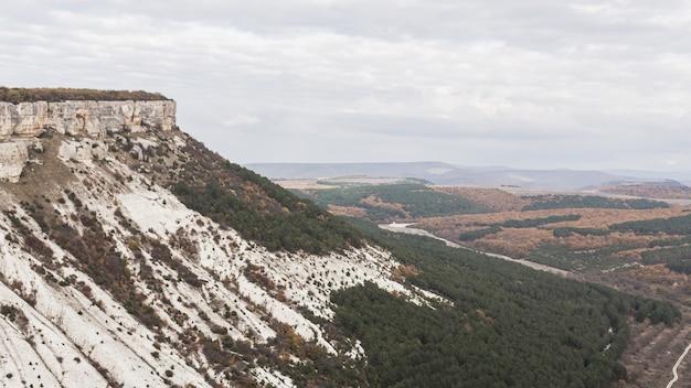 Montanha com pedras e campos brancos