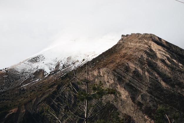 Montanha com topo nevado durante o dia