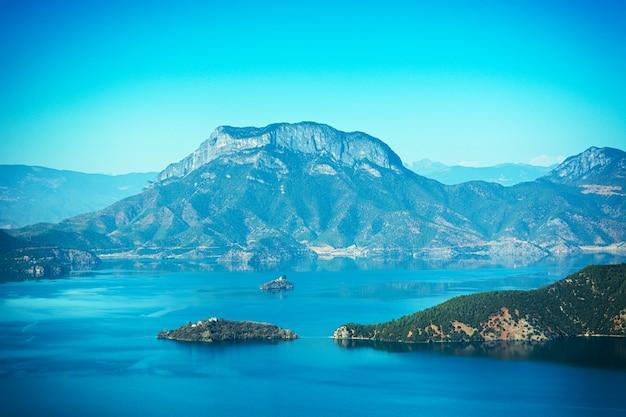 Montanha com um lago em torno dele