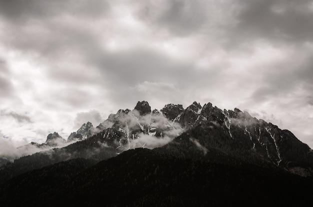 Montanha da escala de cinza