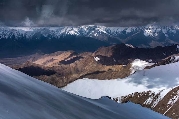 Montanha da neve com o céu azul de leh ladakh india.
