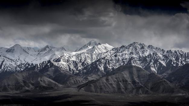 Montanha da neve da paisagem do inverno com o céu azul de leh ladakh india.