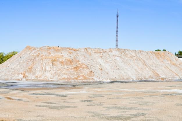 Montanha de areia. montanha amarela concreta da pedreira da areia do cascalho. montanha de pedreira de areia de cascalho amarelo para concreto de construção