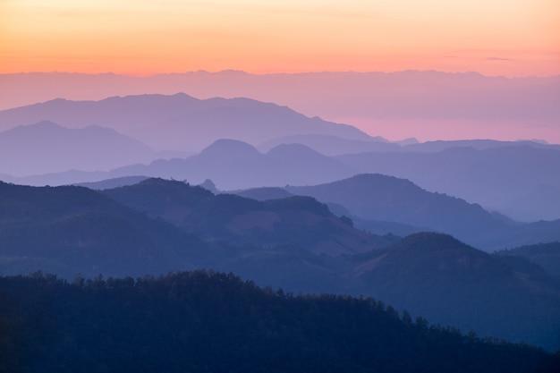 Montanha de camada colorida ao pôr do sol