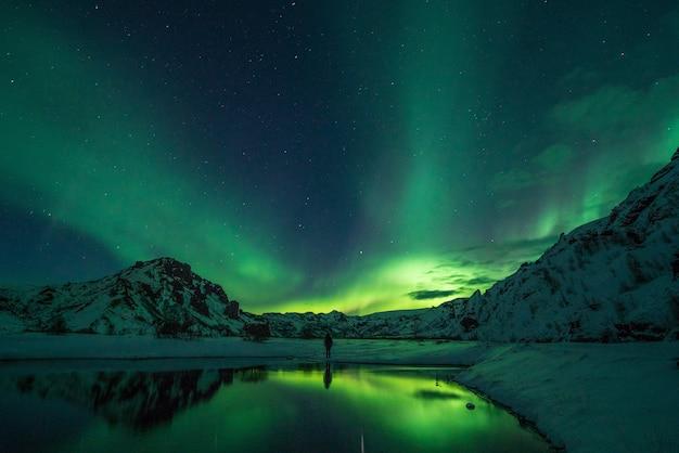 Montanha de neve com aurora boreal
