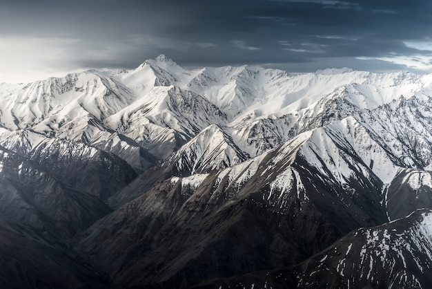 Montanha de neve com céu azul de leh ladakh índia