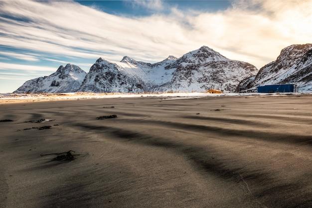 Montanha de neve com sulcos de areia na manhã em skagsanden