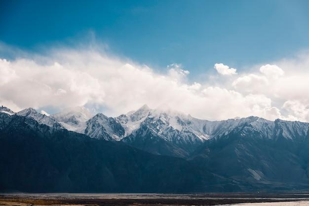 Montanha de neve e céu azul em leh ladakh, índia
