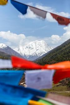Montanha de neve na china sudoeste no condado de sertar