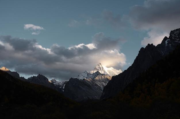 Montanha de neve na reserva nacional de yading, condado de daocheng, província de sichuan, china. tom escuro.