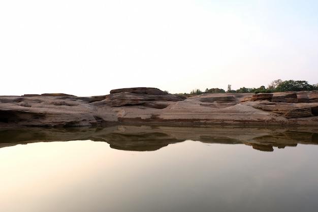 Montanha de pedra ao nascer do sol em sam phan bok, grand canyon da tailândia
