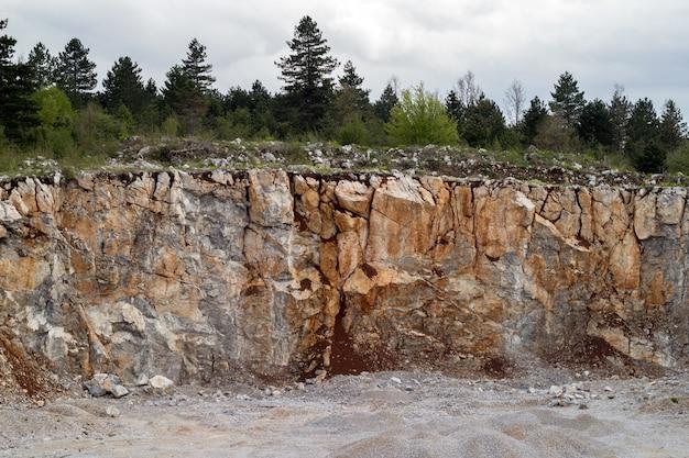Montanha de pedra na pedreira, mineração