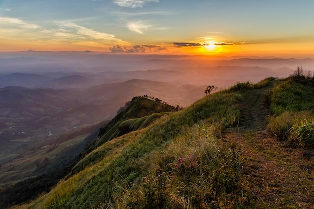 Montanha de phu lanka em tom morno no tempo do por do sol