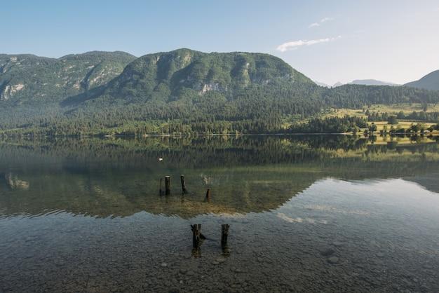 Montanha de visualização do lago sob o céu azul e branco