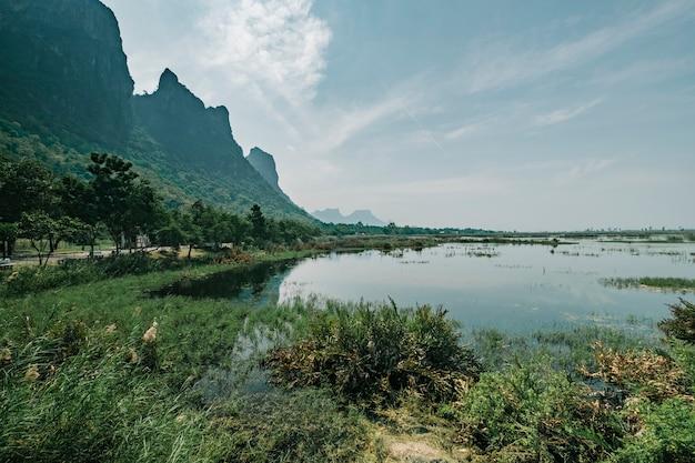 Montanha do lago tailândia